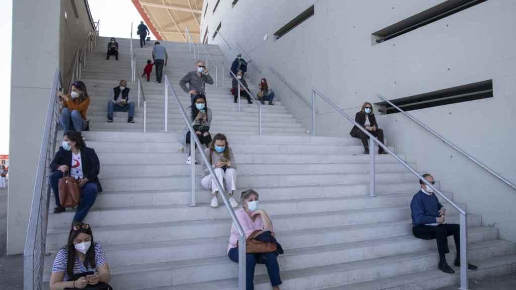 Colas para la vacunación en el estadio Wanda Metropolitano, en Madrid.
