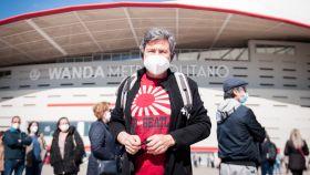Ángel, jubilado de 63 años, a las puerta del Estadio Wanda Metropolitano.