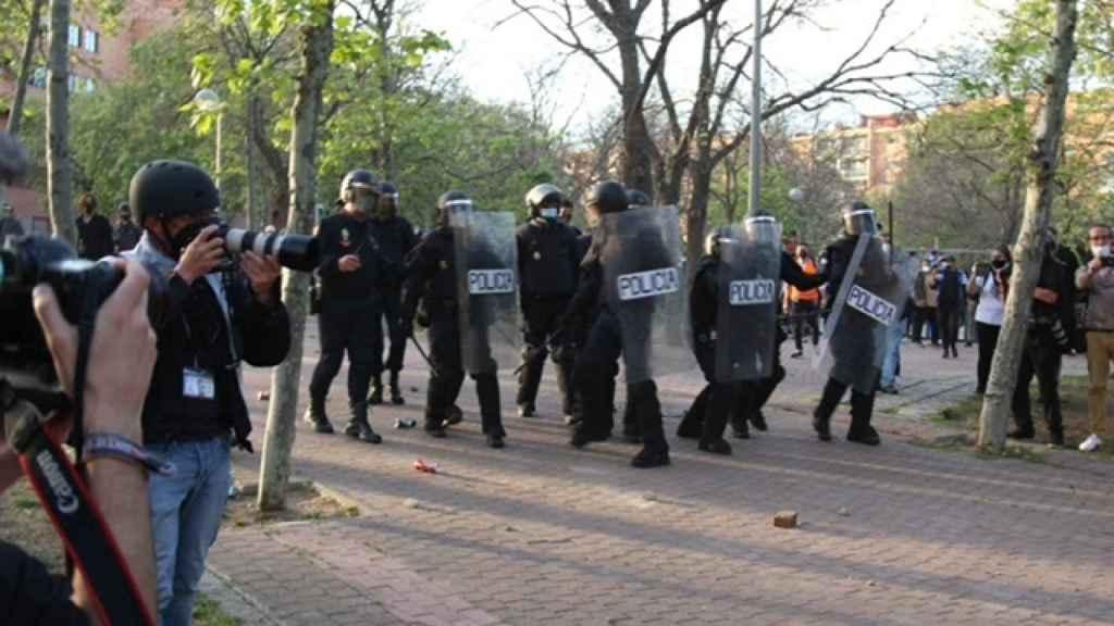 Los agentes de la Policía Nacional cargan contra los manifestantes.