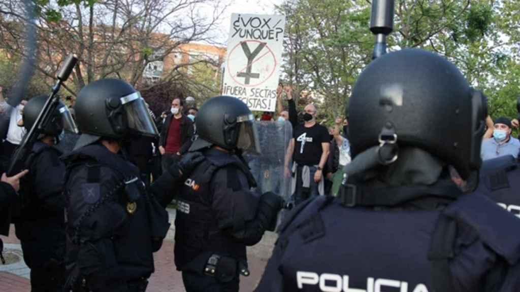 Manifestantes frente a los agentes antidisturbios.