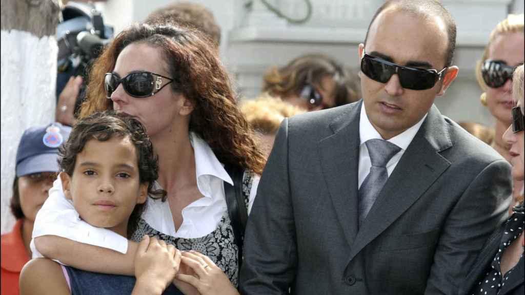 Rocío Carrasco junto a Fidel Albiac y abrazada a su hermana, Gloria Camila.