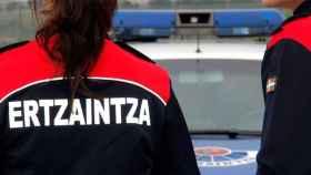Dos agentes de la Ertzaintza.
