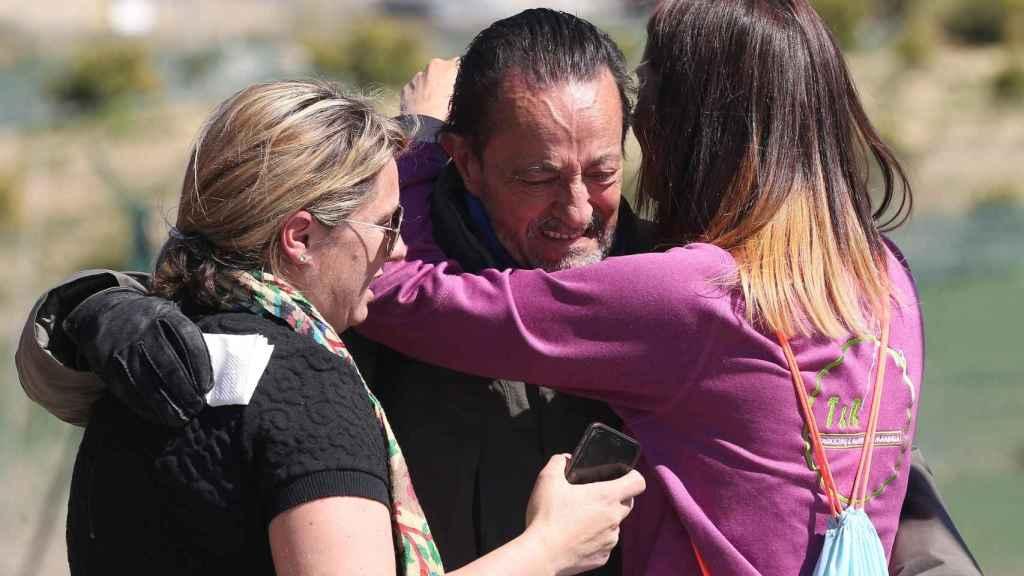 Julián Muñoz abrazado a sus hijas, Elia y Eloísa, a su salida de la cárcel durante uno de sus permisos.