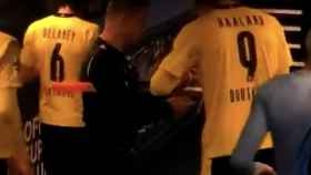 Uno de los jueces de línea del Manchester City - Borussia Dortmund pidiéndole un autógrafo a Erling Haaland