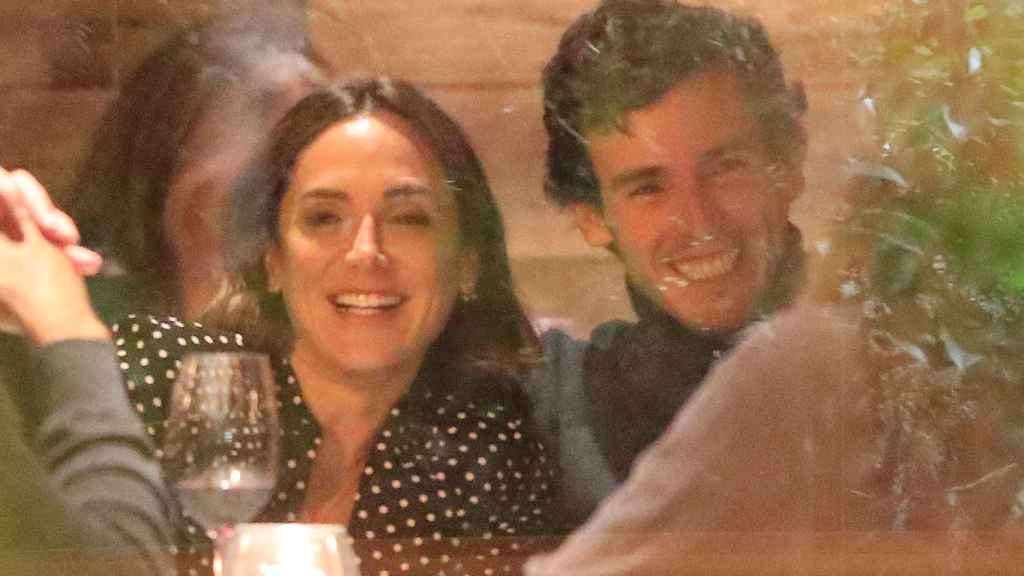 Tamara e Íñigo, muy románticos en una de sus salidas a cenar con amigos.