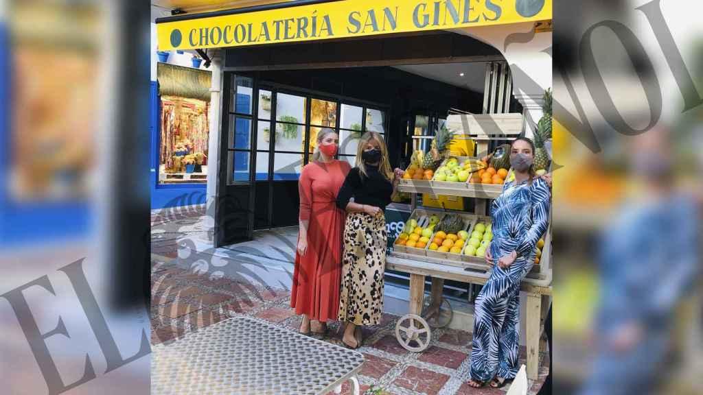 Begoña Trapote junto a las sobrinas de Pedro posando para EL ESPAÑOL.