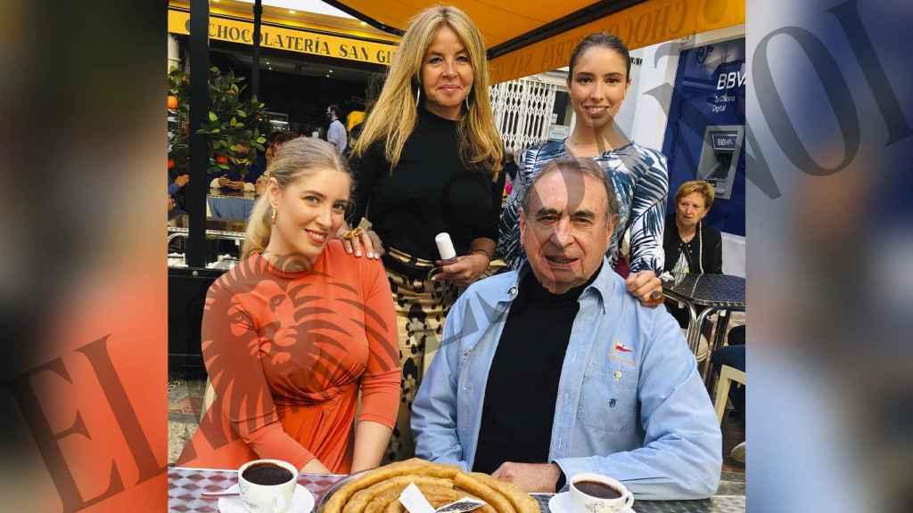 Pedro Trapote junto a su familia posando en su nuevo local de Marbella.