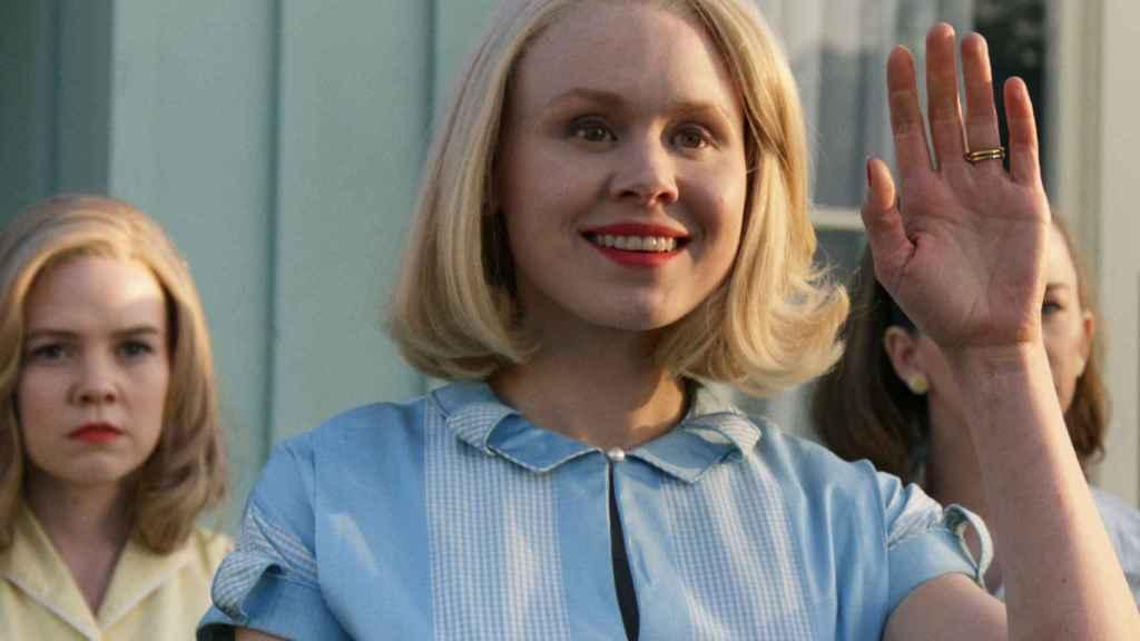 El personaje de Alison Pill encabeza la comitiva de bienvenida de la familia protagonista de 'Them'.