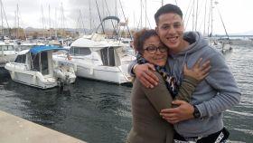 Pilar y Labri, sonrientes, en el Puerto de Mazarrón.