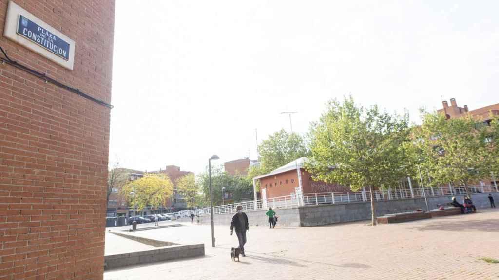 La Plaza de la Constitución, conocida como Plaza Roja, en el centro de Vallecas.