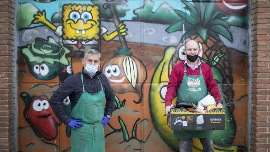 Javi y Jose, a las puertas del almacén de su frutería.