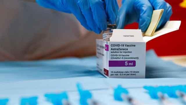 Un sanitario abriendo una caja de vacunas de AstraZeneca.