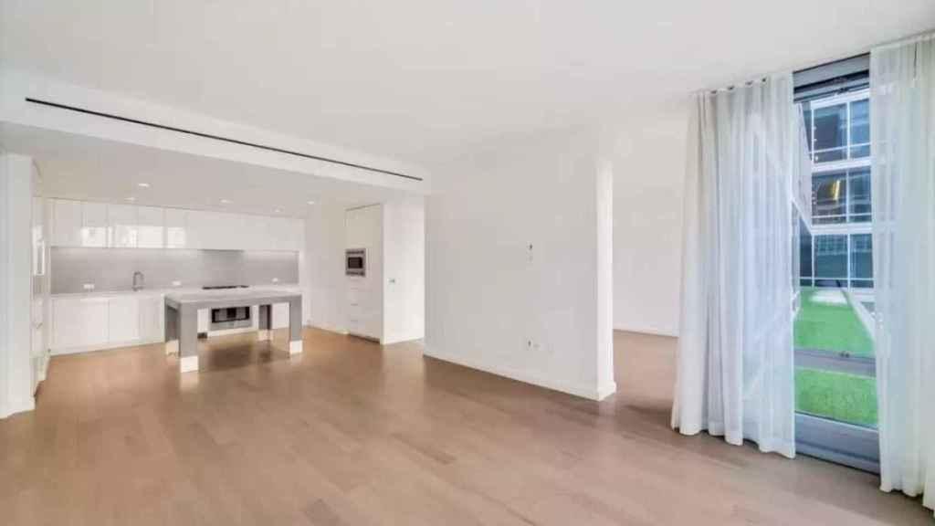 El área del salón y la cocina del piso de Kamala Harris.