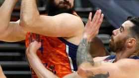 Dubljevic (Valencia Basket) ante Vildoza (Baskonia)