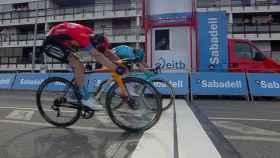 Ion Izaguirre y Pello Bilbao en el sprint de la etapa 4 de la Itzulia