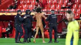Un espontáneo salta desnudo al Granada-Manchester United