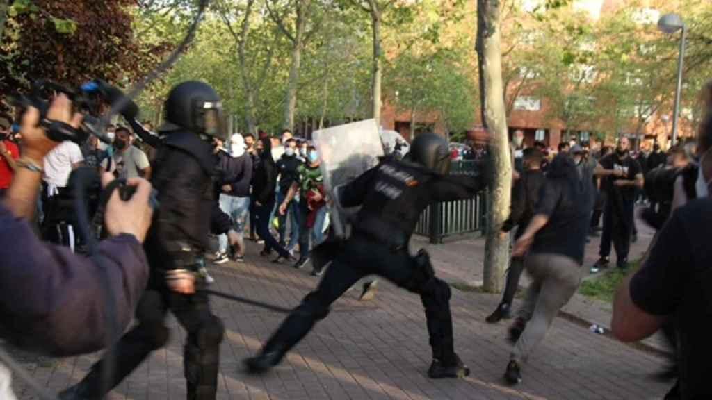Una de las cargas de los agentes de la UIP ante los manifestantes contrarios a Vox.