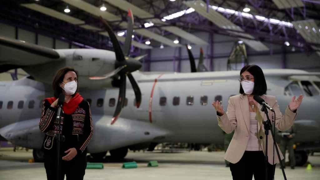 Las ministras de Defensa, Margarita Robles, y Sanidad, Carolina Darias, en la base aérea de Getafe.