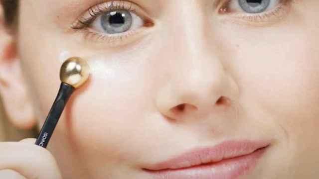Contornos de ojo con herramienta incorporada para despertar tu mirada