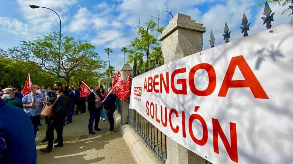 Concentración de trabajadores de Abengoa este jueves en Sevilla.