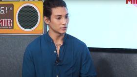 El actor y modelo Paing Takhon en una entrevista.