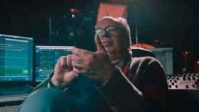 Hans Zimmer sosteniendo un Oppo Find X3 Pro.