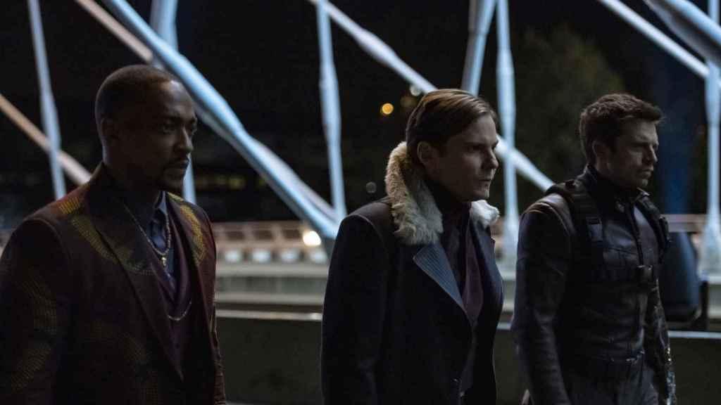 Daniel Brühl (Barón Zemo) junto a Anthony Mackie (Falcon) y Sebastian Stan (el Soldado de Invierno).