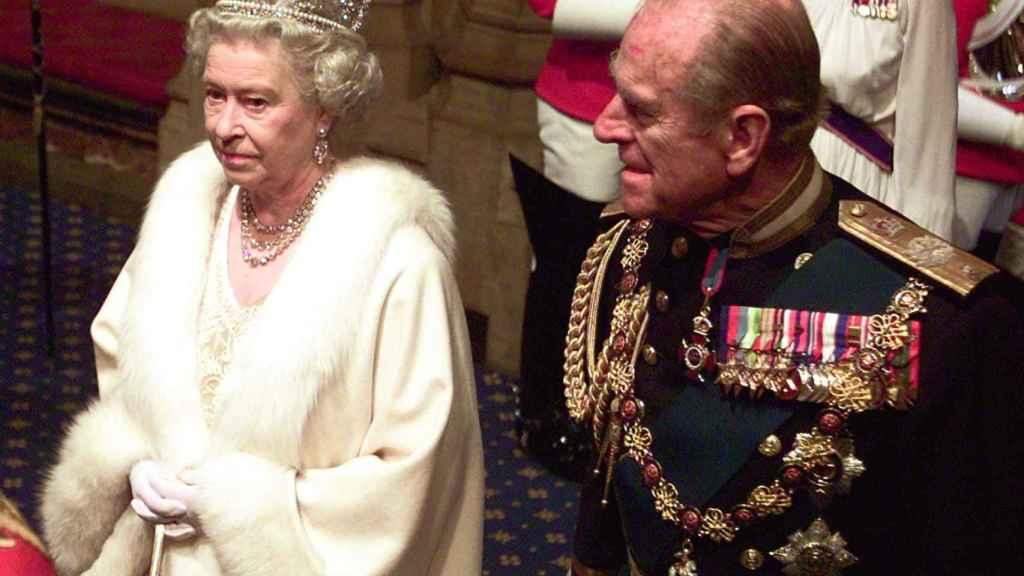 La reina Isabel II y Felipe de Edimburgo en una imagen fechada en noviembre de 2002.