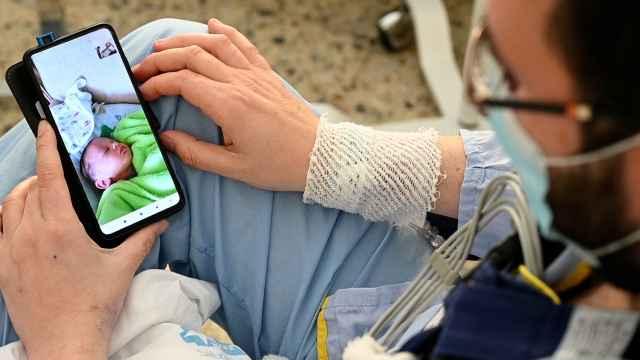 Su hijo llegó con un corazón bajo el brazo para él.