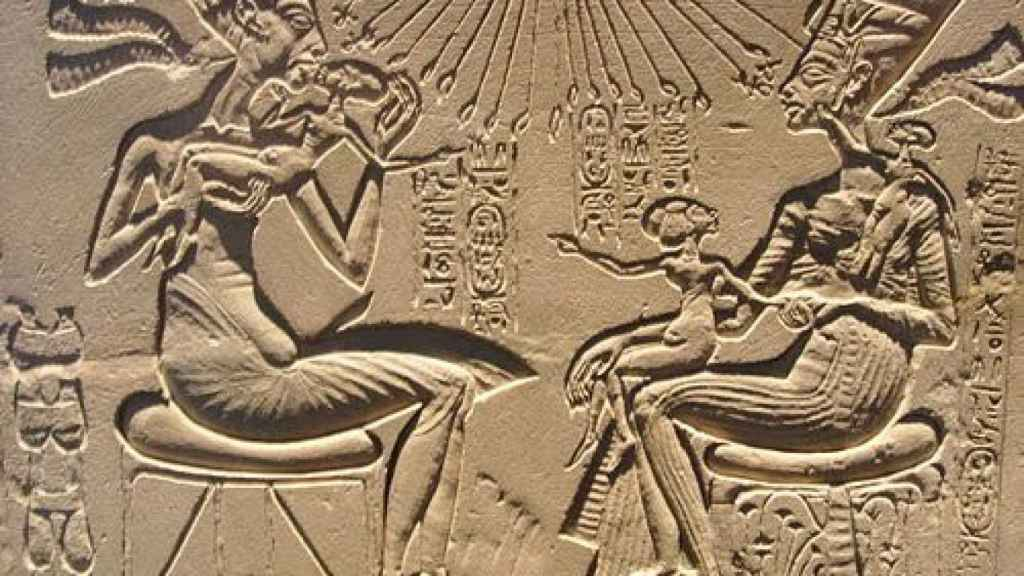 Akenatón y Nefertiti junto con sus tres hijos. Arriba, Atón.