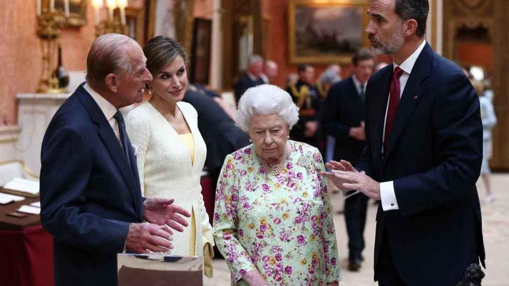 Los Reyes Felipe y Letizia junto a Isabel II y el duque en su viaje a Reino Unido en 2017.