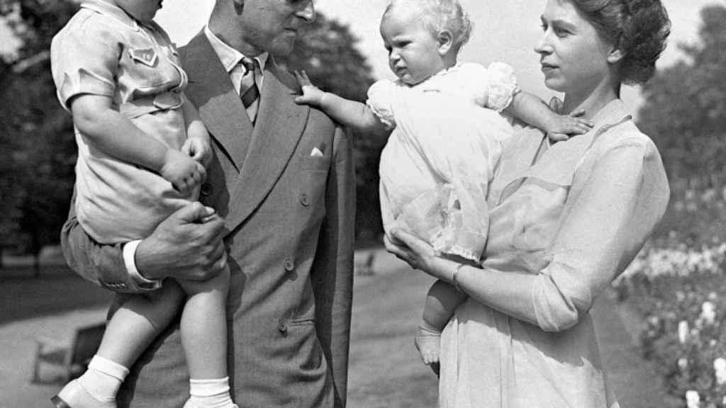 El duque de Edimburgo y la reina Isabel, junto a sus hijos Carlos y Ana.