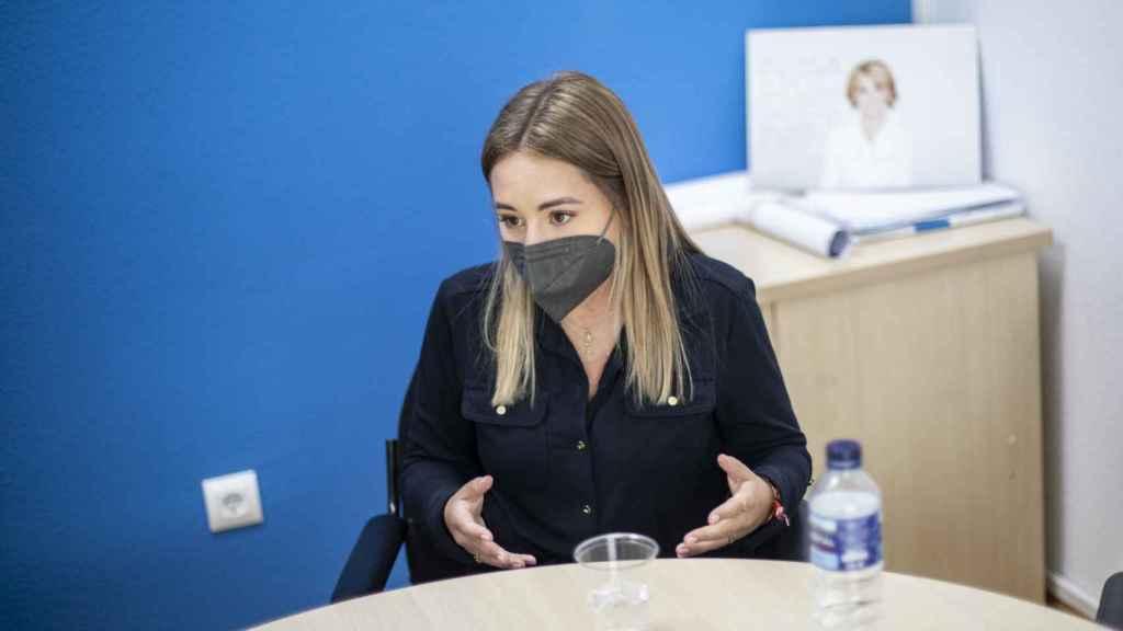 Noelia Núñez habla desde la sede popular en Fuenlabrada. De fondo, una fotografía de Esperanza Aguirre, dedicatoria incluida.
