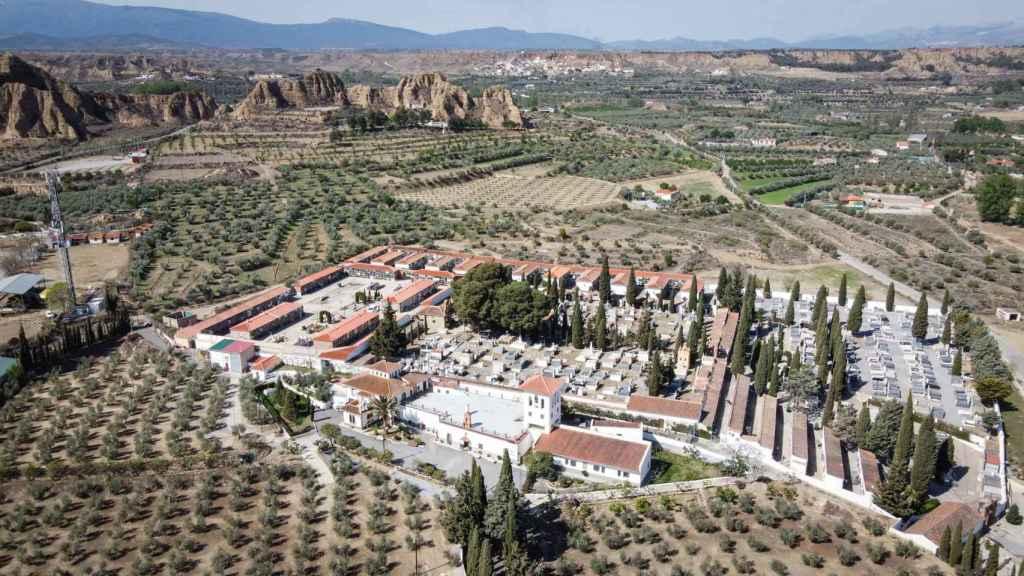 Vista aérea del cementerio de Guadix (Granada). En la parte inferior de la imagen, el convento de los hermanos Fossores.