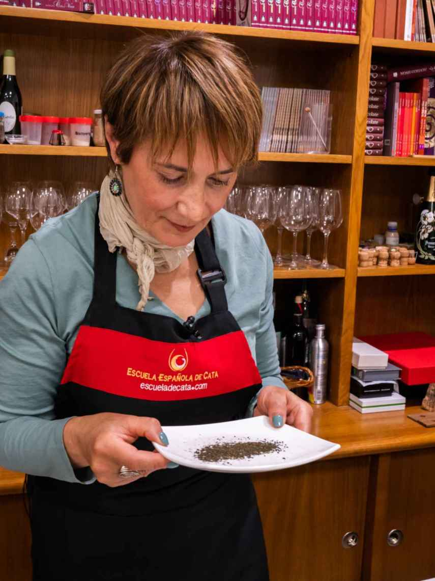 La experta Marisol observa las hebras secas de los tés verdes para comprobar su color.