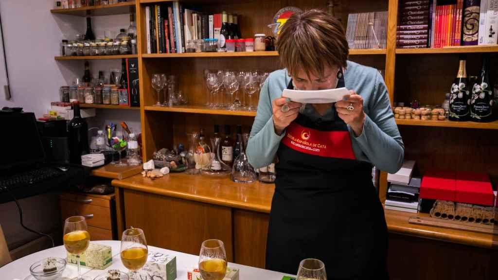 Marisol oliendo uno de los tés verdes probados para percibir sus notas aromáticas.