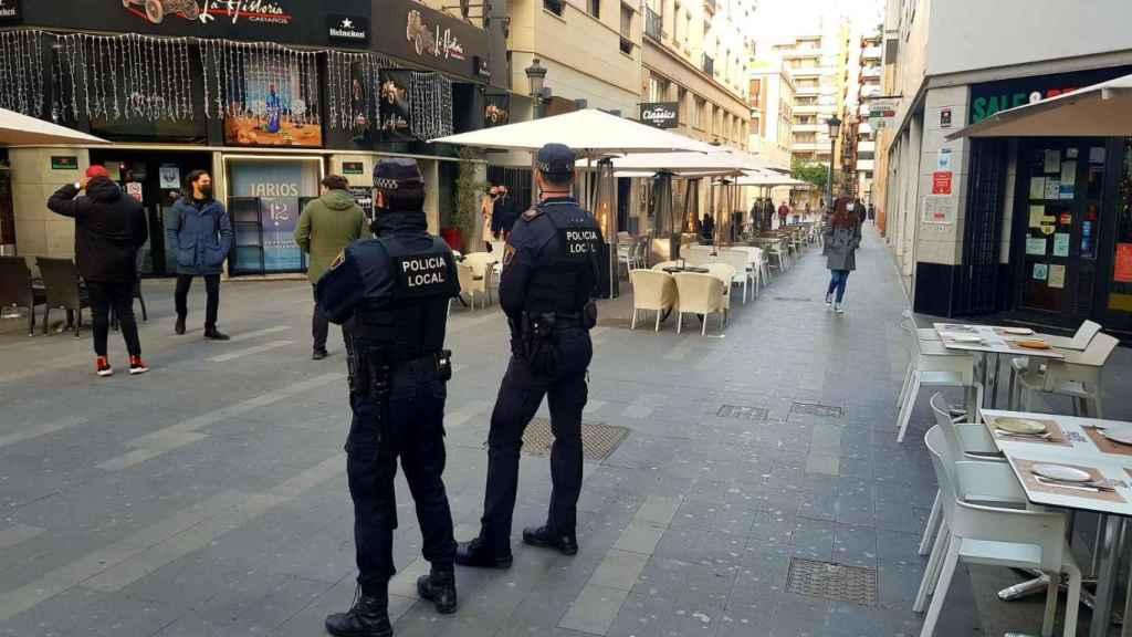 Control de la Policía Local en el centro de Alicante.