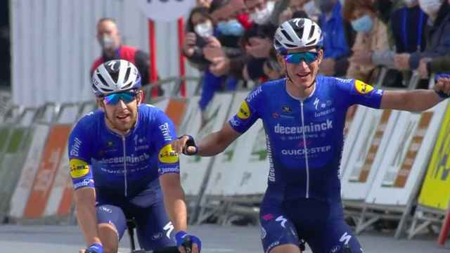 Honoré y Cerny entran juntos en meta en la Vuelta al País Vasco