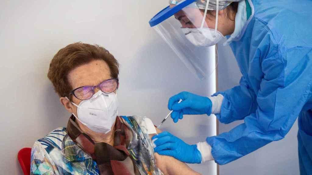 Una mujer se vacuna en el vestíbulo del Palacio de los Deportes de Logroño, La Rioja.