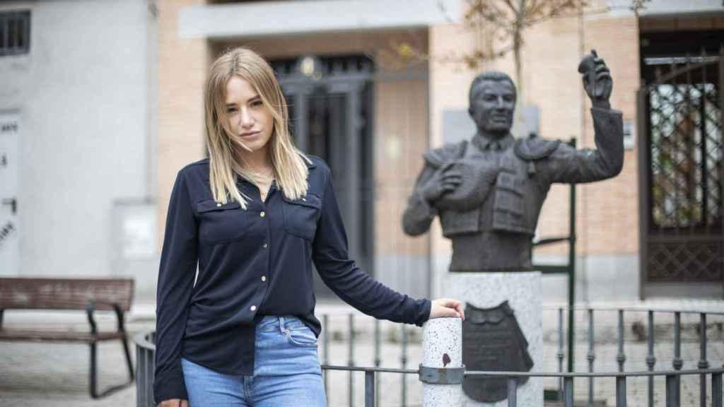 Noelia Núñez, portavoz del Partido Popular en Fuenlabrada, junto al busto en honor al torero José Pedro Prados Martín ('El Fundi').