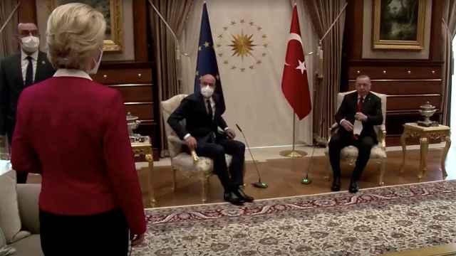 Von der Leyen, relegada a un sofá en la reunión a tres con Erdogan y Michel.