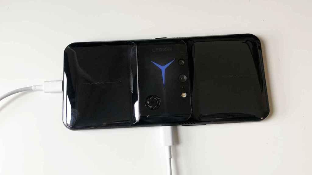 El Lenovo Legion Phone Duel 2 tiene dos puertos de carga.