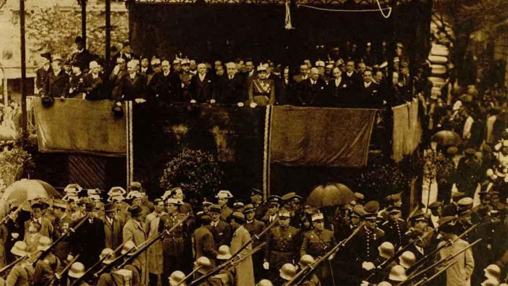 Tribuna presidencial del desfile que conmemoró el quinto aniversario de la República.