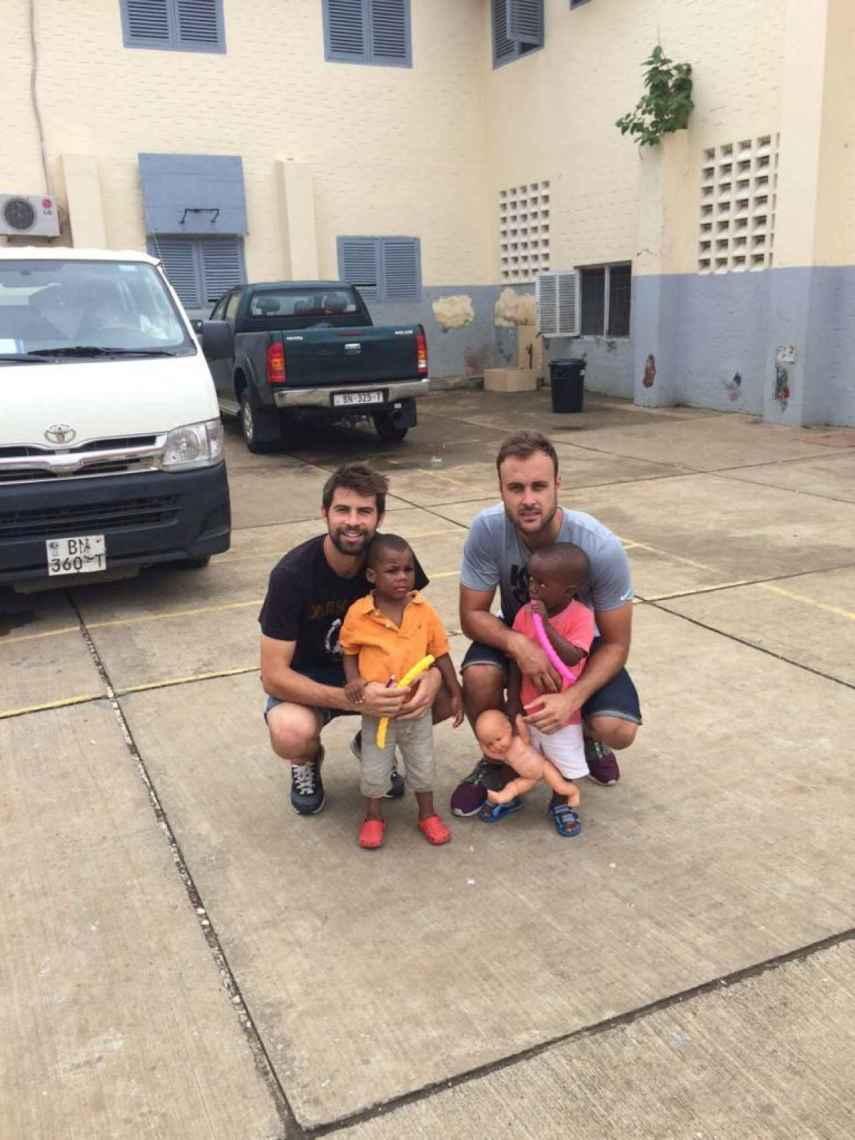 Juan Cala junto a su excompañero Coke y dos niños guineanos.