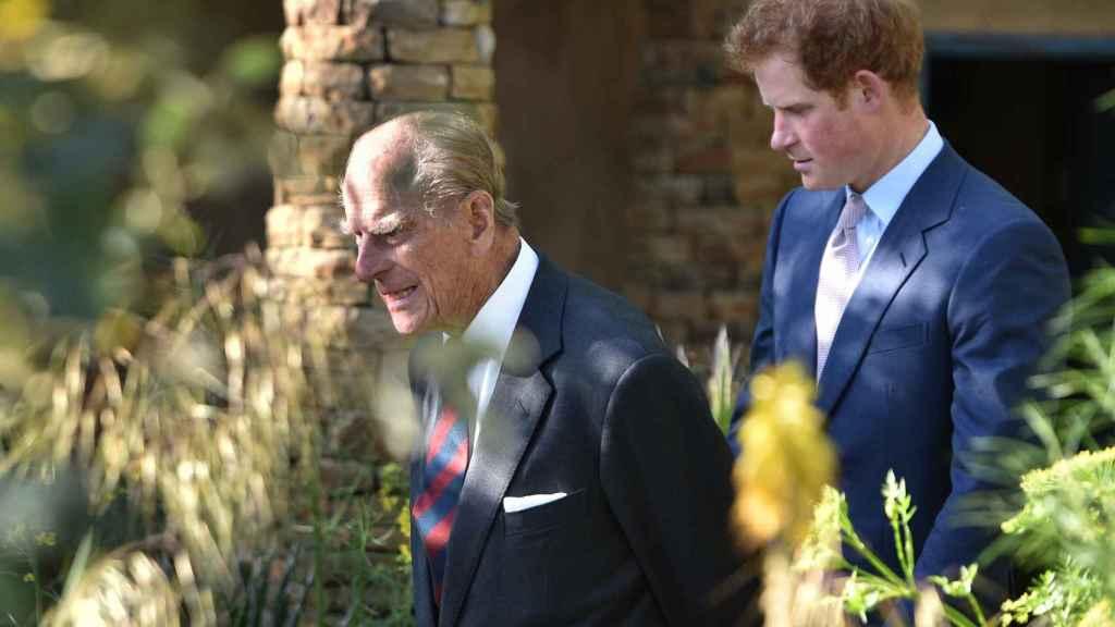 El príncipe Harry y su abuelo en una imagen de archivo.