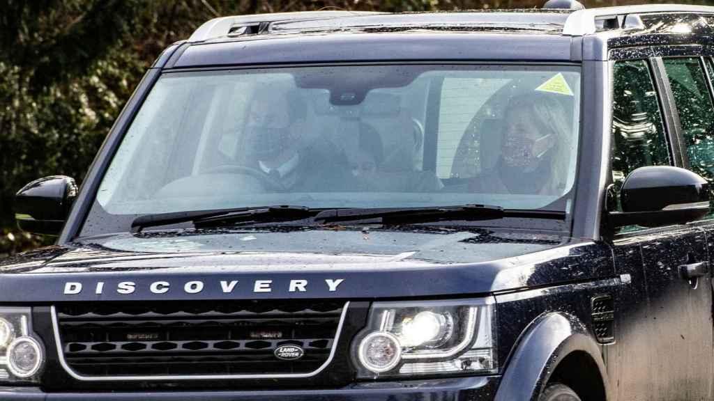 El príncipe Eduardo y Sofía de Wessex a su salida de casa rumbo a Windsor.