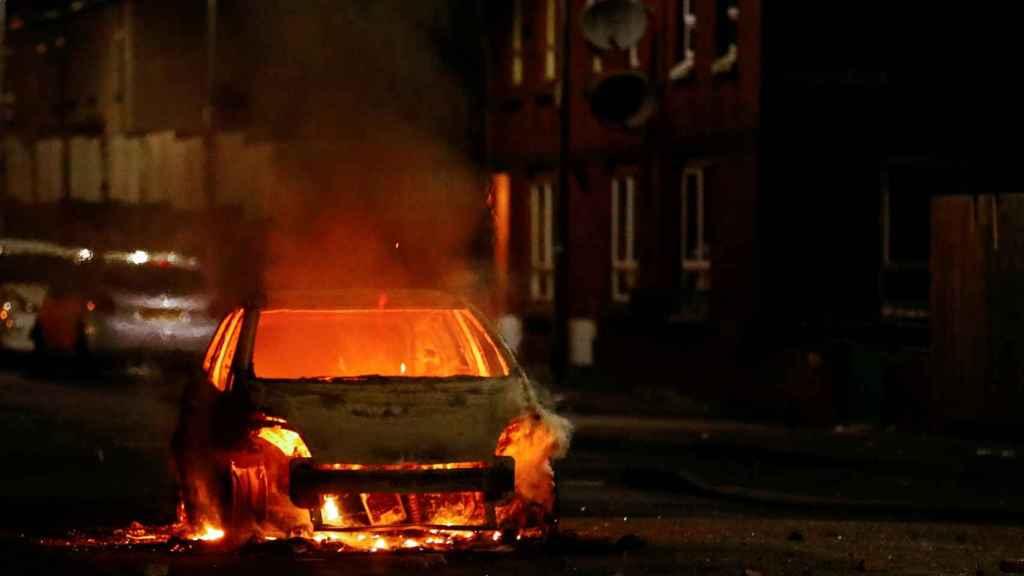 Calcinan un coche en Belfast.