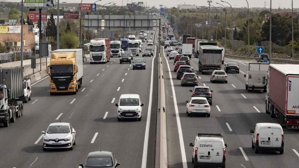 Imagen de una carretera con tráfico.