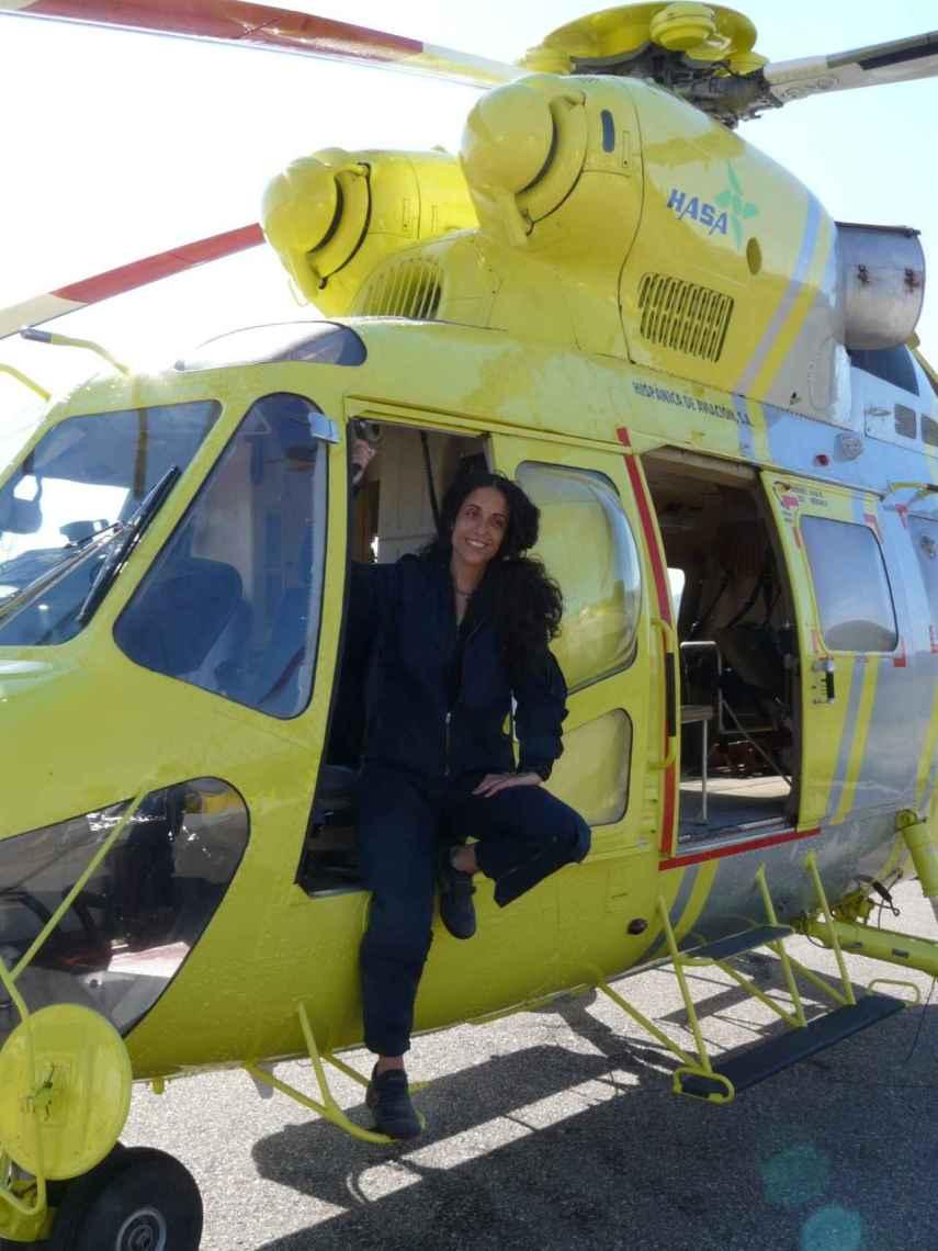 Laura Monclús en un helicóptero Sokol.