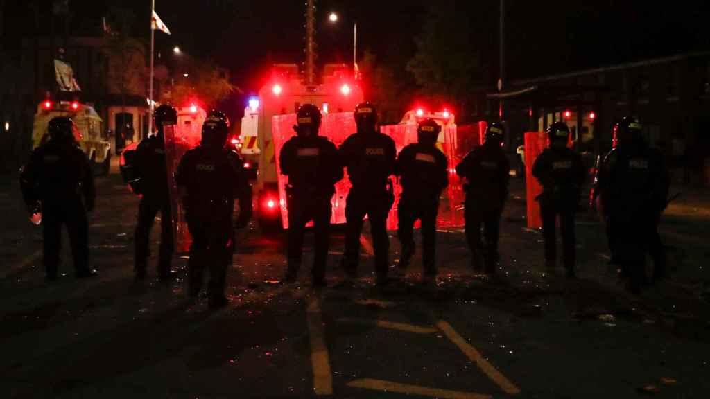 Policías durante las protestas en Belfast esta semana.
